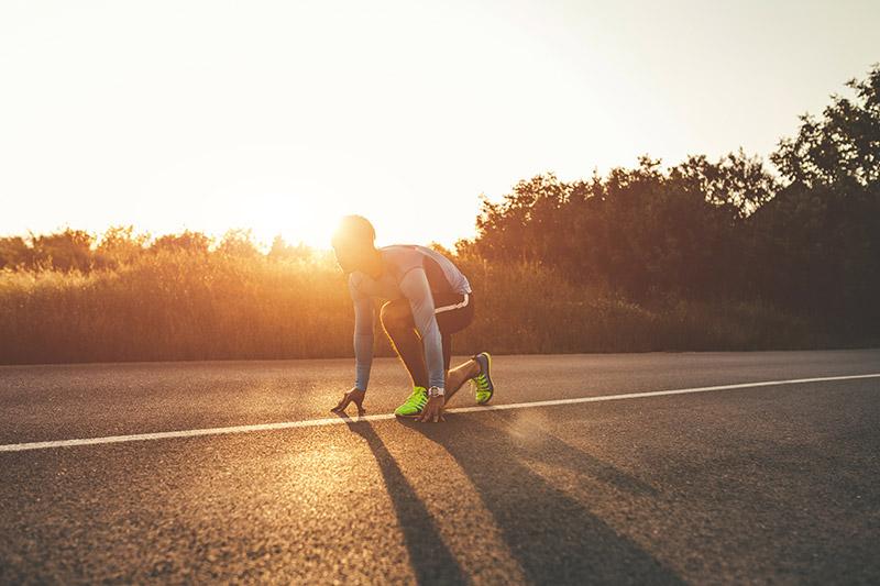 Homem prestes a começar a correr